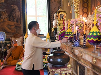 SSRU Offers the Candles on the Buddhist Lent Day to Conserve Thai Tradition.